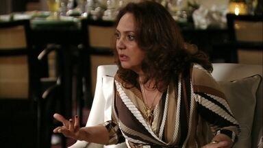 Muricy trata Nina com hostilidade - A cozinheira sugere que a família busque tratamento psiquiátrico para Carminha e é interrompida pela sogra da megera. Tufão repreende a mãe