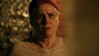 Lucinda se recusa a responder perguntas de Jorginho - O jogador vai até o lixão e questiona a catadora sobre a vingança de Nina