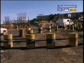 Obras iniciadas em 2010 no município de Chapecó têm 28% dos trabalhos concluídos - A partir desta segunda-feira, obras do viaduto de Gaspar provocam mudanças no trânsito. Fim de semana foi de trânsito violento no estado. Problema de sinalização em São José, na Grande Florianópolis, ainda não foi resolvido.