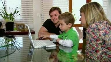 Lília Teles visita famílias em que as crianças já nasceram conectadas - As mães contam que estão de olho no que os filhos andam fazendo na internet