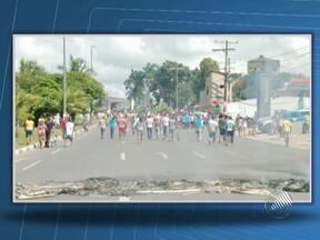 Moradores do bairro de Portão fazem protesto no último domingo - Os manifestantes fecharam a Estrada do Coco, após um morador do local ter levado um tiro na cabeça.