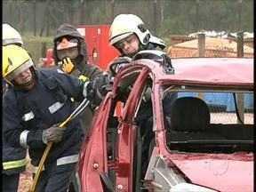 Bombeiros fazem treinamento para atender vítimas de acidentes graves de trânsito - O aprendizado é uma exigência da profissão