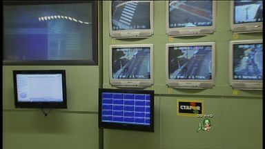 Entre sábado e domingo 135 acidentes foram registrados pela AMC em Fortaleza - A repórter Aline Oliveira apresenta a sala de controle de tráfego da AMC.