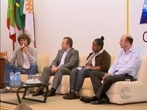 Guga participa de debate com jovens sobre política e cidadania em Florianópolis - Gustavo Kuerten, participou hoje de um debate com centenas de jovens de várias comunidades da capital.A ideia foi aproximar os futuros eleitores da cidadania e da política.