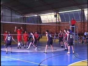 Olimpíadas escolares seguem até sábado em Itapeva, SP - Itapeva (SP) é sede da final estadual das Olimpíadas Escolares. As disputas são realizadas simultaneamente em nove ginásios da cidade. O evento segue até o próximo sábado (11).