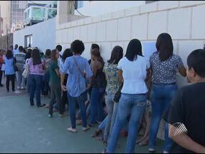 Rede de restaurantes abre 140 oportunidades de emprego em Salvador - A seleção começou nesta segunda-feira e atraiu muita gente. Não é preciso ter experiência.