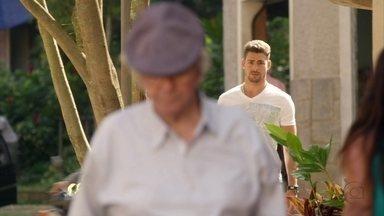 Jorginho segue Santiago e descobre onde ele mora - O senhor avisa a Lucinda que foi visitado pelo jogador