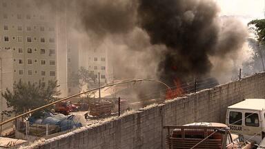 Incêndio atinge almoxarifado de obra em BH - Moradores de condomínio vizinho ficaram com medo das chamas, que ameaçavam depósito de gás.