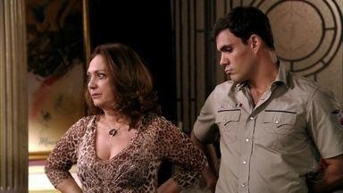 Muricy acredita que Nina esteja chantageando Carminha - Max tenta convencer a amante a desistir da ideia de se livrar da cozinheira. Tufão se preocupa com a esposa e decide procurar um psiquiatra. Muricy pede para Adauto levar Ágata ao baile