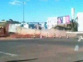 Demolição de obelisco quase termina em tragédia em Marília (SP) - A área estava interditada, mas um carro da polícia invadiu o local pouco antes do monumento desabar. Os policiais escaparam por uma questão de segundos. Eles disseram que receberam uma chamada de urgência.
