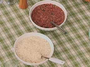 Alimentação dentro de casa é mais saudável - Os brasileiros consomem mais arroz e feijão dentro de casa. Quando comem fora de casa, já deixam o prato de lado. O mesmo acontece com verduras e frutas.