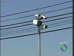 Desculpas de motoristas infratores não convencem CMTU - Motoristas flagrados pelas câmeras no trânsito de Londrina tentam justificar as infrações mas a maioria dos casos tem o recurso negado. Só neste ano mais de 2 mil motoristas e motociclistas tiveram a habilitação suspensa na cidade.