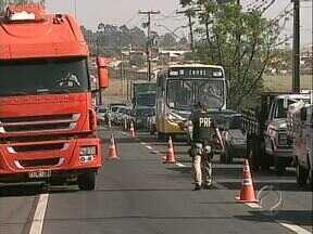 Policiais rodoviários federais fazem operação padrão em várias rodovias do Estado - Na região de Londrina os policiais decidiram fazer uma grande blitz na BR 369 e o trânsito está lento no local.
