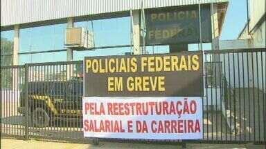 Policiais federais em greve entregam armas e distintivos em Araraquara, SP - Policiais federais em greve entregam armas e distintivos em Araraquara, SP.