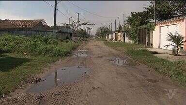 Moradores de Itanhaém, SP, reclamam de falta de asfaltamento - Eles afirmam que já procuraram a prefeitura várias vezes para tentar ima solução.