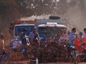 Assentados protestam por asfalto na MT-339 em Tangará da Serra - Moradores de um assentamento na região de Tangará da Serra fizeram um protesto contra a poeira da MT-339. A estrada foi interditada e não há previsão de quando será liberada.