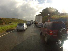 Polícia Rodoviária Federal realiza operação padrão na BR-324 - Os motoristas enfrentaram congestionamento nos dois sentidos da rodovia.