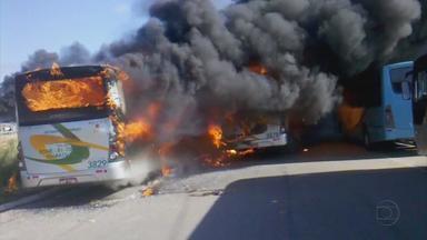 Protesto de operários da refinaria Abreu e Lima termina em confusão e ônibus incendiados - Manifestantes ficaram insatisfeitos com uma decisão da justiça que declarou abusiva a greve deflagrada no início do mês. Polícia Militar teve de intervir para conter o tumulto.