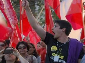 Protesto de servidores federais causa confusão no centro de Brasília - Centenas de servidores públicos federais em greve fizeram uma caminhada na Esplanada dos Ministérios no sentido contrário ao dos carros. Só uma pista estava liberada e o trânsito ficou congestionado.