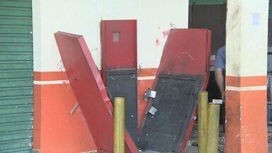 Caixa eletrônico é explodido, em Manaus - Segundo testemunha, ação do grupo durou menos de cinco minutos. Pilastra do centro comercial chegou a ficar torta com a explosão.