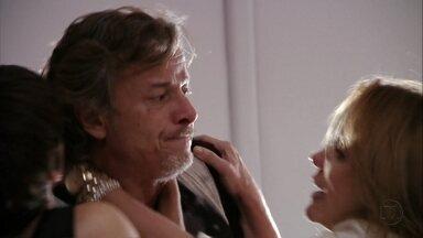Carminha e Nina pressionam Max - A megera afirma que o amante está sendo manipulado pela cozinheira, mas Nina garante que pode realizar todos os sonhos do malandro