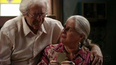 Lucinda e Santiago conversam sobre tragédia do passado - O pai de Carminha teme que se repita o que aconteceu no passado e a catadora fala com saudosismo de uma criança chamada Clarinha