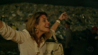 Carminha chega ao lixão - Ela reencontra velhos conhecidos e fica irritada ao encontrar Lucinda