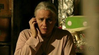 Lucinda liga para Tufão - O ex-jogador descobre que Carminha esteve em um bar perto do lugar onde o seu carro foi encontrado. Lucinda avisa a Tufão que sua esposa está no depósito de lixo