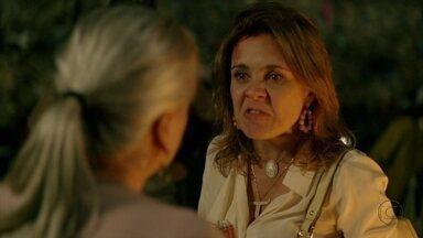 Carminha enfrenta Lucinda - Ela acusa a catadora de ter destruído a sua vida e reclama da traição de Max