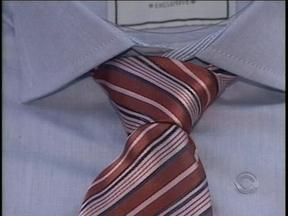 Reportagem mostra como fazer um nó de gravata - Homens costumam ter dificuldade com a habilidade.