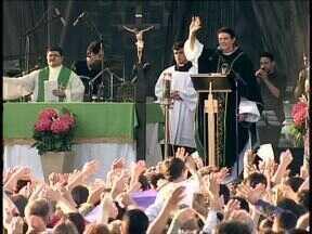 Semana Nacional da Família em Curitiba começa com missa - Centenas de pessoas se reuniram na Praça Nossa Senhora da Salete para rezar pelas famílias e pelos pais.