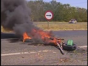 Protesto do MST interdita duas pistas da Marechal Rondon em Pirajuí, SP - Cerca de 200 manifestantes participaram do protesto. Eles interditaram as duas pistas da rodovia no sentido capital-interior colocando fogo em galhos de árvores e pneus.
