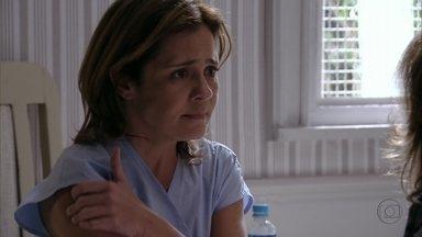 Carminha pede ajuda a Muricy para sair da clínica - A mãe de Tufão comenta que não confia em Nina, mas fica preocupada quando a nora afirma que forças ocultas estão atrapalhando a vida na mansão