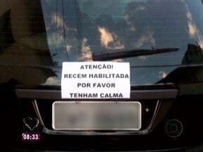 Recém-habilitada faz teste do volante no trânsito de São Paulo - Jovem motorista chama atenção de motoristas com placa avisando que é novata