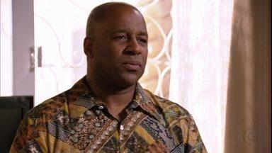 Silas se oferece para ser motorista de Monalisa - Ele não se conforma com a mudança da ex e diz que vai com ela para Ipanema