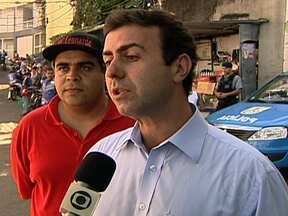 Marcelo Freixo percorre ladeiras do Morro do Vidigal - O candidato do PSOL distribuiu panfletos e conversou com eleitores. Na sede da associação de moradores, Marcelo Freixo ouviu os pedidos da comunidade.