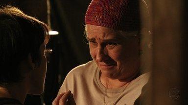 Lucinda reconhece que Nina está fazendo justiça - A cozinheira questiona a catadora sobre seu vínculo com Carminha. Lucinda pede desculpa a Nina, conta que foi afastada de Max e que se mudou para o lixão para ficar perto do filho