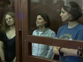 Justiça russa condena integrante a dois anos de prisão três integrantes de banda punk - As três integrantes da banda Pussy Riots foram consideradas culpadas de vandalismo, por criticarem o presidente Vladimir Putin. Manifestantes do mundo inteiro protestaram contra o veredicto.