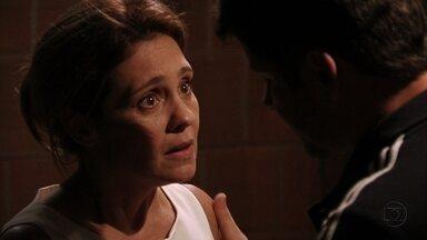 Carminha se faz de vítima para Tufão - Ela diz que Lúcio a ajudou e implora para o marido levá-la para casa. Tufão acredita na esposa e Janaína exige que o filho se explique