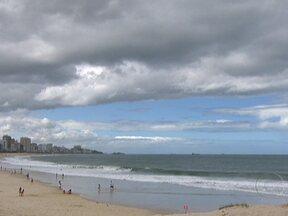 Confira a previsão do tempo para o sábado (18) - Durante a tarde de sábado (18) o aumento da umidade vai deixar o tempo instável com possibilidade de pancadas de chuva em quase todas as regiões do estado. O mar segue com ondas de quase dois metros.