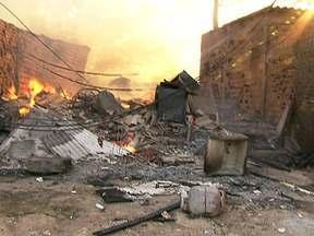 Moradores vivem dia de reconstrução após incêndio em SP - Este sábado (18) é o dia em que os moradores da favela do Areião começam a reconstruir o que foi destruído. Na última sexta-feira (17), 92 famílias perderam suas casas em um incêndio na favela Areião, em São Paulo. Ninguém ficou ferido no incêndio.