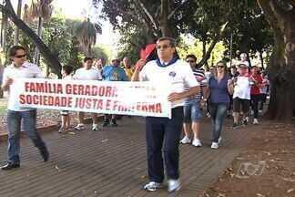 Caminhada da família reúne cerca de 250 pessoas para celebrar a união familiar, em Goiânia - Cerca de 250 pessoas, entre membros da Paróquia Nossa Senhora de Fátima, deram uma volta no Lago das Rosas para celebrar a união familiar. A caminhada faz parte da semana nacional da família, que vai até domingo.