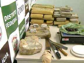 Polícia prende traficantes que revendiam drogas no Gama e em Santa Maria - A polícia prendeu quatro traficantes que compravam droga em Pirenópolis para revender no Gama e em Santa Maria. A droga ficava escondida em uma chácara na área rural da cidade.