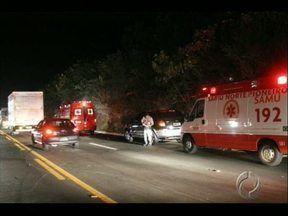 Seis veículos se envolvem em acidente na BR 369 - Foi ontem à noite perto de Cornélio Procópio,a 50 km de Londrina. Cinco pessoas ficaram feridas.