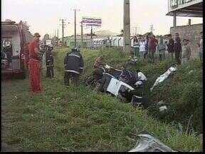 Motorista se perde na direção e cai dentro de valeta - Acidente foi no fim da tarde na BR-376