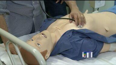 Tecnologia é ferramenta para aprimorarsaúde pública - Profissionais de saúde de São Joséestão usando a tecnologia para aprimorar o atendimento de emergências atravésde um robô simula as condições do paciente.