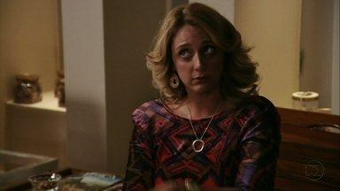 Ivana quer saber se Tufão é apaixonado por Nina - O ex-jogador nega