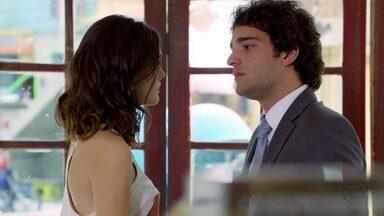 Cheias de Charme - Capítulo de sábado, dia 18/08/2012, na íntegra - Cida conta para Elano que Conrado a beijou