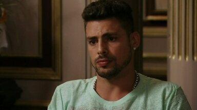 Jorginho diz que não viajaria com a família se Nina for junto - Tufão planeja fazer uma viagem para Paris, mas o rapaz surpreende ao dizer que não aceita viajar se a cozinheira for junto