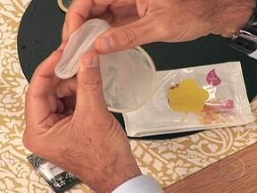 Camisinhas são distribuídas gratuitamente em postos de saúde - O Ministério da Saúde distribuiu 20 milhões de camisinhas femininas em postos de saúde. Elas podem ser colocadas até 8 horas antes da relação sexual.